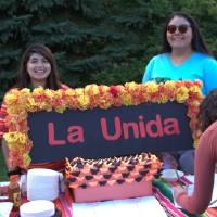 la unida sign with women behind it